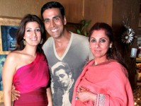 Akshay kumar with wife twinkle khanna and mother in-law dimple khanna