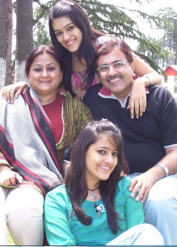 kriti sanon family: childhood photo: Rahul Sanon(father), Geeta Sanon(Mother), Nupur sanon(sister)