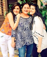 Kriti sanon with sister nupur & mother geeta sanon