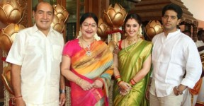 Tamil actors vijayakumar and manjula family photo